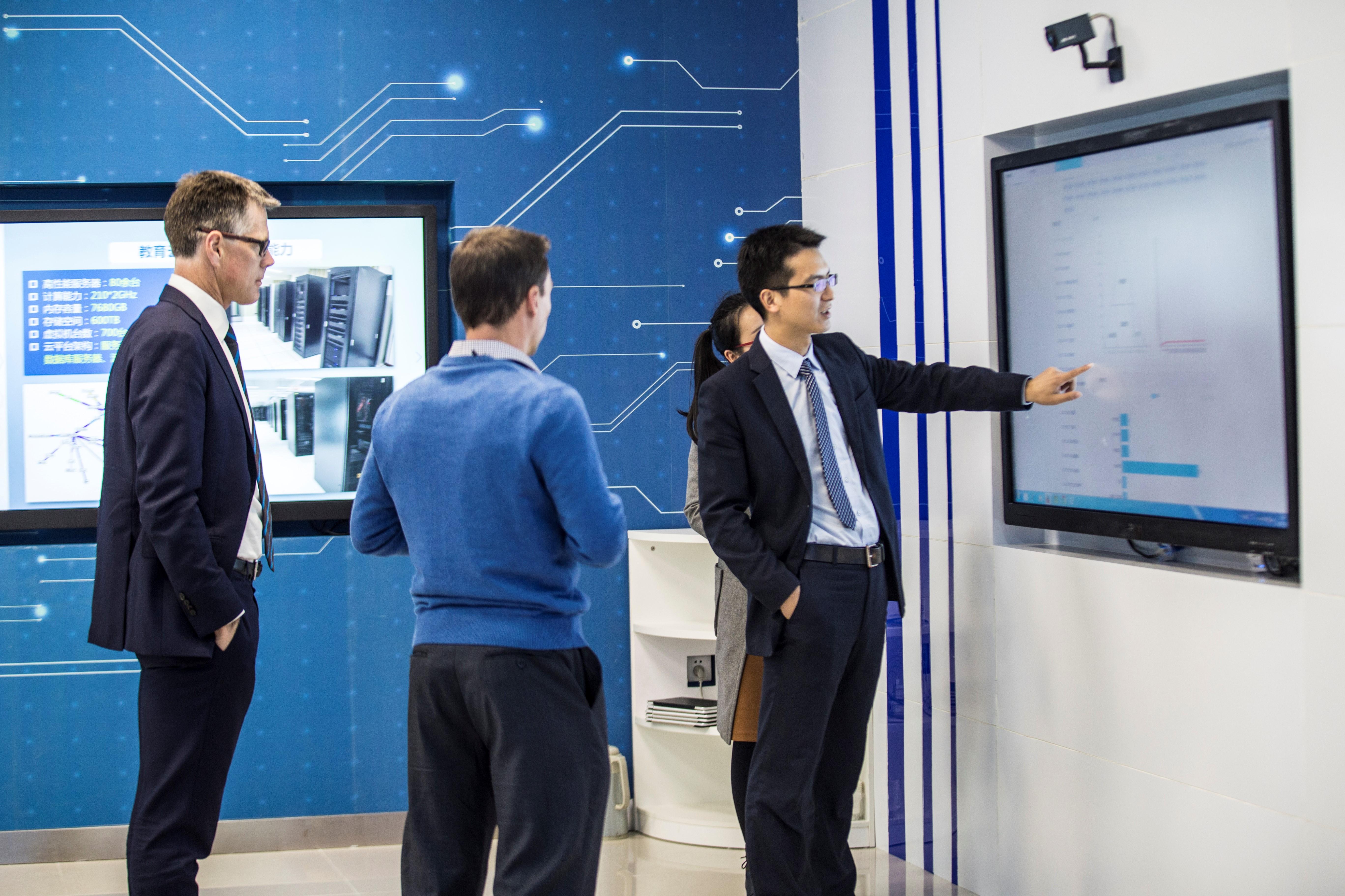 大学计算机实验总结_澳大利亚伍伦贡大学代表团参观我校工程中心展厅和计算机技术专业实验